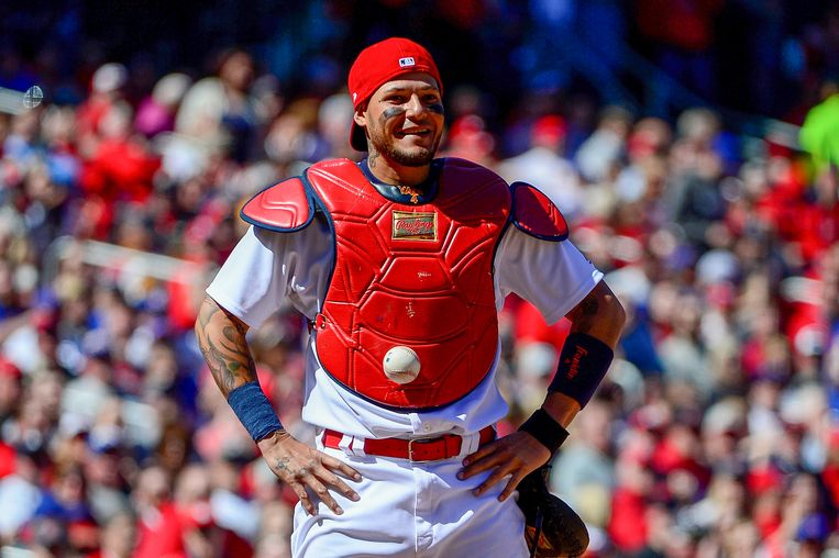 Yadier Molina van de St. Louis Cardinals heeft de bal teruggevonden, die kleeft aan zijn buik. Beeld Getty Images