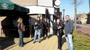 Klanten op de stoep bij cafe Het Karrewiel in Vogelwaarde.