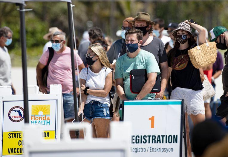 Mensen staan in de rij in Miami Beach om het vaccin van Johnson & Johnson te krijgen.  Beeld AP