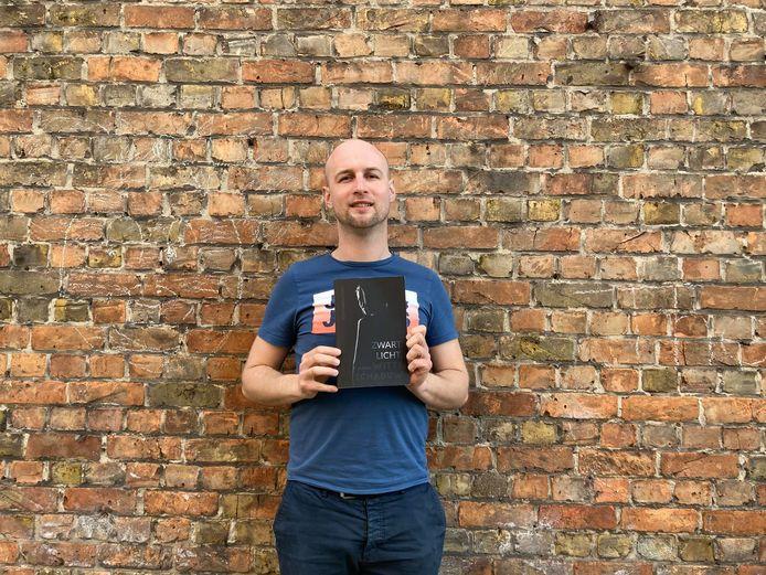 Jonathan Goddyn stelt met trots zijn boek voor