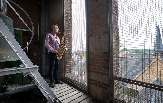 Sxoxfonist Hans Broekhuijsen geeft een concert vanaf de toren van de Johannes de Doperkerk.