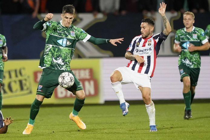 Slobodan Tedic (l) namens PEC Zwolle in duel met Willem II-speler Pol Llonch.