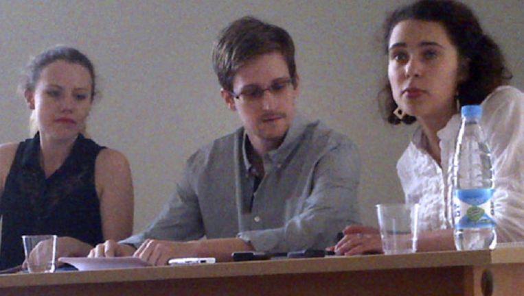 Snowden op het vliegveld met links van hem Sarah Harrison en rechts een vertaler. Foto: Human Rights Watch, Tanya Lokshina Beeld ap