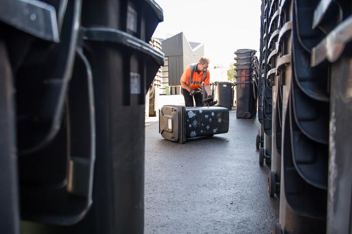 Grijze containers op het terrein van Twente Milieu aan de Wegtersweg. De bakken worden schoongemaakt en gaan naar het Oostblok.