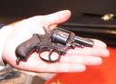 Met deze kleine revolver vuurde Willem Bostyn twee kogels af.