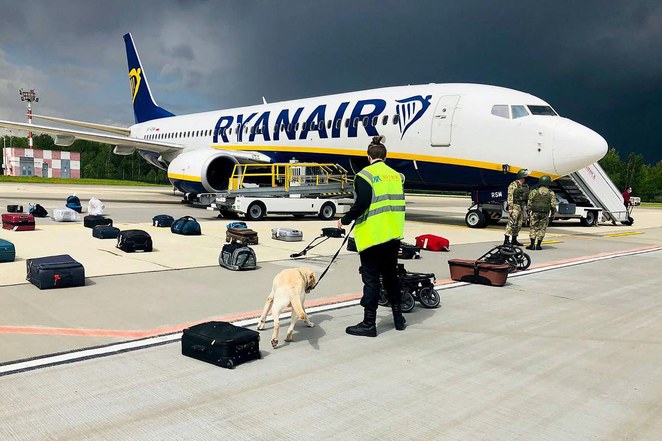 Een Belarussische man controleert de bagage van de Ryanair Boeing 737-8AS (flight number FR4978) op het vliegveld van Minsk.