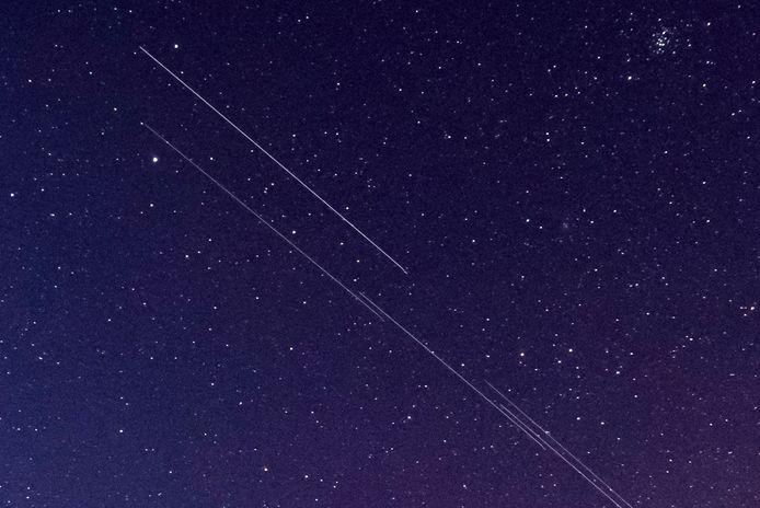 Volgens astronomen verpesten dit soort satellieten het zicht op de kosmos en brengen ze toekomstige astronomische waarnemingen in gevaar.
