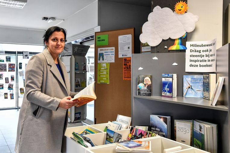 Bibliothecaris An Heirbaut is tevreden met de nieuwe klimaathoek in de bib.
