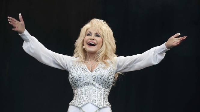 """""""Vaccine, Vaccine"""": Dolly Parton geeft ludieke draai aan 'Jolene' terwijl ze gevaccineerd wordt met 'eigen vaccin'"""