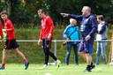 Trainer Coach Ron Jans wijst Giovarny Sluiter (links) de weg. De aanvaller is één van de speler die de komende weken een kans krijgt bij FC Twente en eerder al meetrainde bij Heracles.