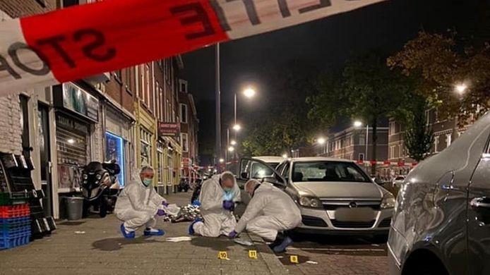 Rechercheurs van de forensische opsporing doen onderzoek voor de avondwinkel.