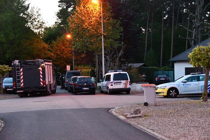 De politie zoekt naar een zwaarbewapende militair die Van Ranst met de dood zou hebben bedreigd.