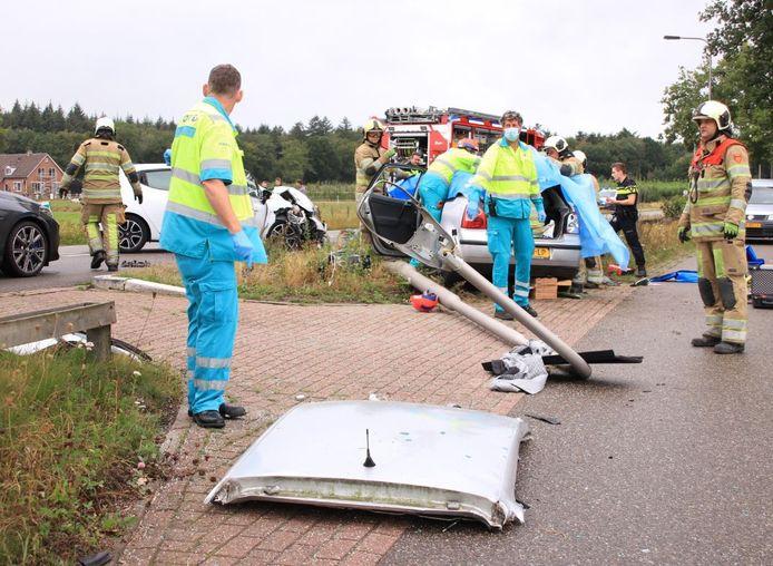 De brandweer knipt een dak van de auto bij een ongeluk in Rhenen.