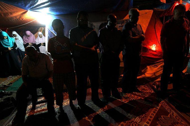 Leden van de Moslimbroederschap bidden tijdens hun protest in Caïro. Beeld epa