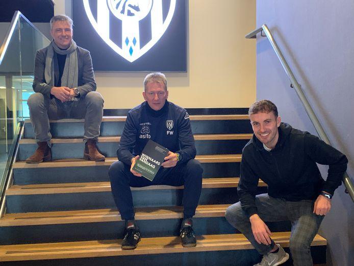 Roy de Vos (rechts) - hier met Heracles-trainer Frank Wormuth en mede-auteur Tom Wilms na de presentatie eerder dit jaar van zijn boek 'Winnaars van vandaag'.