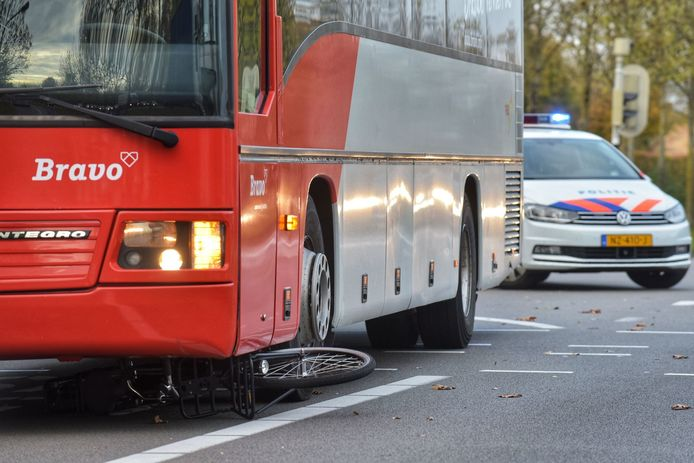 Stadsbus rijdt over fiets in Breda