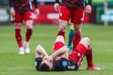 Feyenoord-aanvaller Robert Bozenik ligt verslagen op de grond.