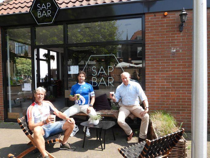 René van Dijk van Team Westland (links), Menno Reijgersberg (ERP) en sportwethouder Pieter Varekamp voor de deur van de Sap Bar in Naaldwijk. Zij hebben zich flink ingezet voor de Team Westland Break Out.