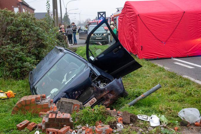Man overleden nadat hij onwel werd en in gracht rijdt op Ledebaan in Ledebaan in Wichelen.