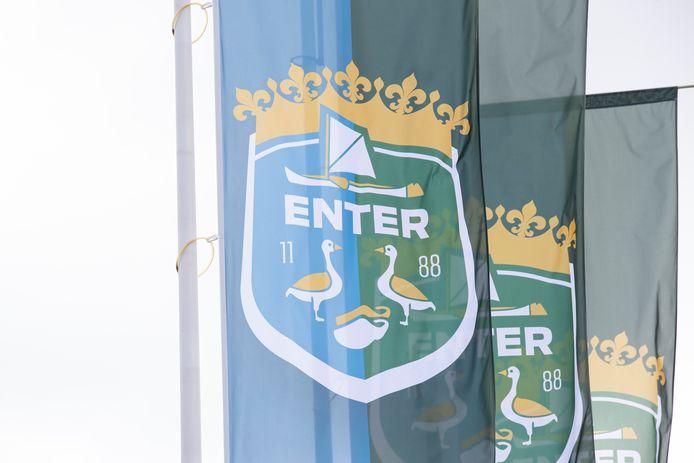 Enter heeft een nieuw wapen, die inmiddels op vlaggen in het dorpshart te zien is.