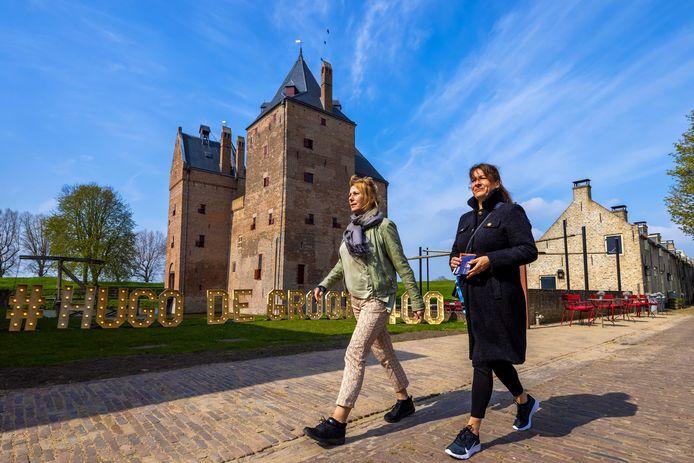 Anita de Bont (L) en Claudia Determan uit Houten bezoeken Slot Loevestein op de eerste dag Testen voor toegang.