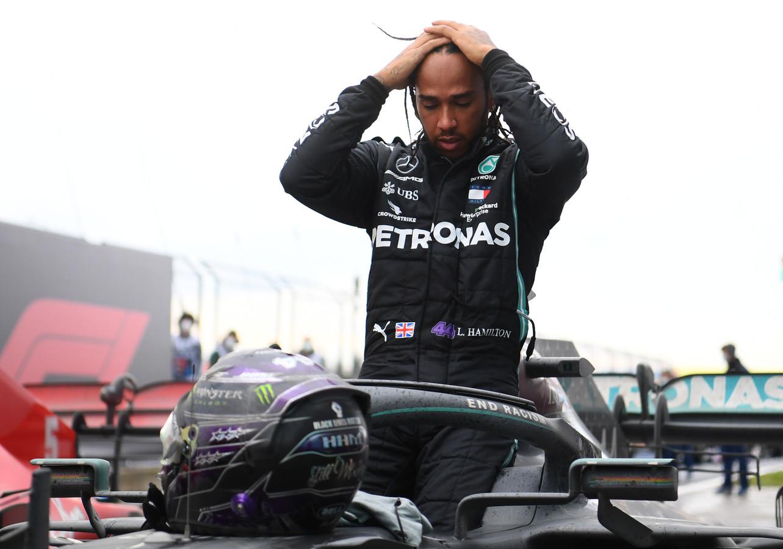 Lewis Hamilton stapt uit zijn auto na het veroveren van zijn zevende wereldtitel.