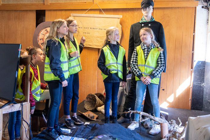 Kinderen van de basisscholen in Balkbrug doen mee aan een speurtocht in de strafkolonie.