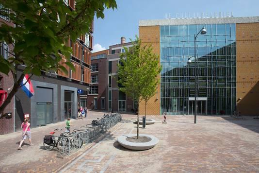 Het Kees Stipplein in Veenendaal met de Cultuurfabriek waarin de bibliotheek en het museum gehuisvest zijn.