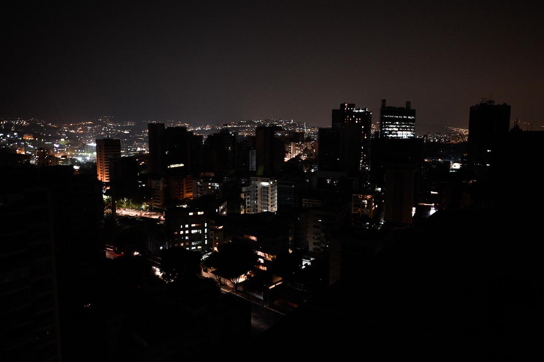 Altamira, de commerciële wijk van de Venezolaanse hoofdstad Caracas, is maandagavond door de stroomuitval in duisternis gehuld.