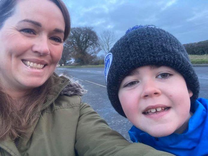 Hannah Deacon uit de omgeving van Birmingham met haar zoon Alfie. Hij lijdt aan een ernstige vorm van epilepsie met soms wel 150 aanvallen per week. De cbd-olie uit Nederland maakte daar een einde aan.