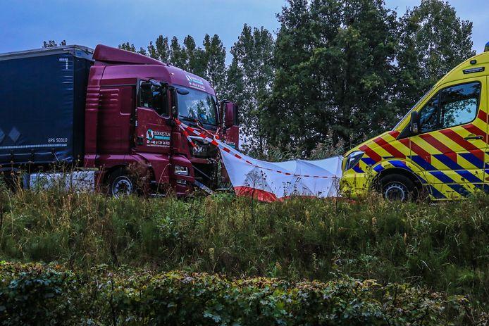 De motorrijder overleed bij een frontale botsing met een vrachtwagen in Veghel.