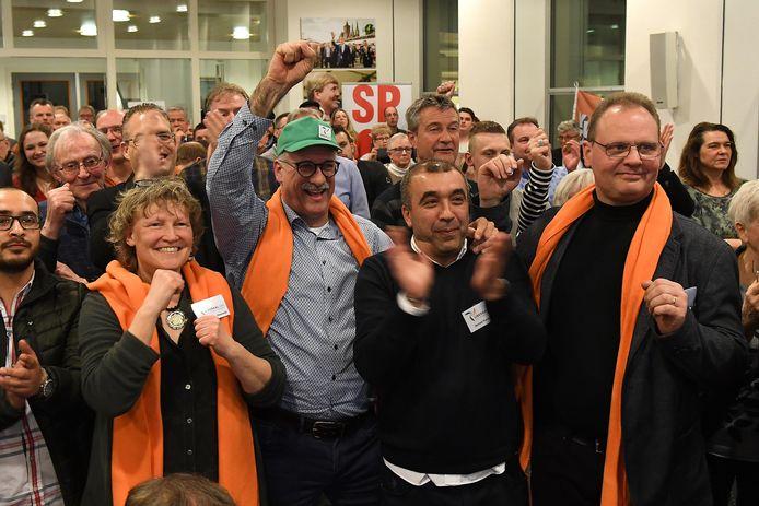 Maart 2018, verkiezingsavond in het gemeentehuis van Cuijk. Liberaal LVC werd de grote winnaar. Links vooraan partijleider Liesbeth van Heeswijk, met naast haar wethouder Maarten Jilisen.