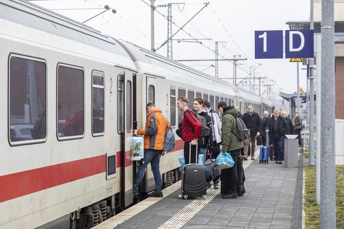 Passagiers stappen in Bad Bentheim op de internationale trein naar Berlijn.