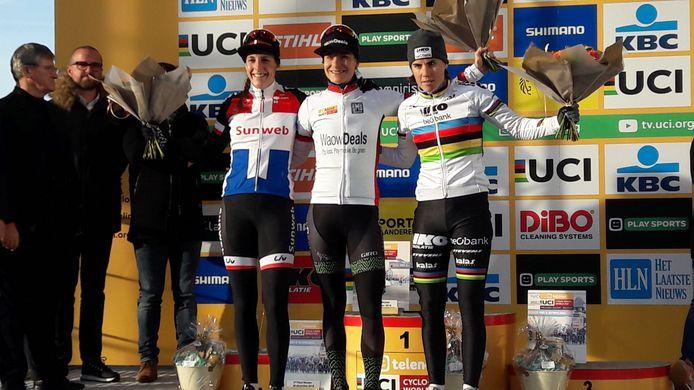 Marianne Vos heeft na het winnen van de veldrit op Zolder de leiderstrui van het wereldbekerklassement nog steviger om de schouders. Links van haar de nummer twee van de dag Lucinda Brand. Rechts Sanne Cant.