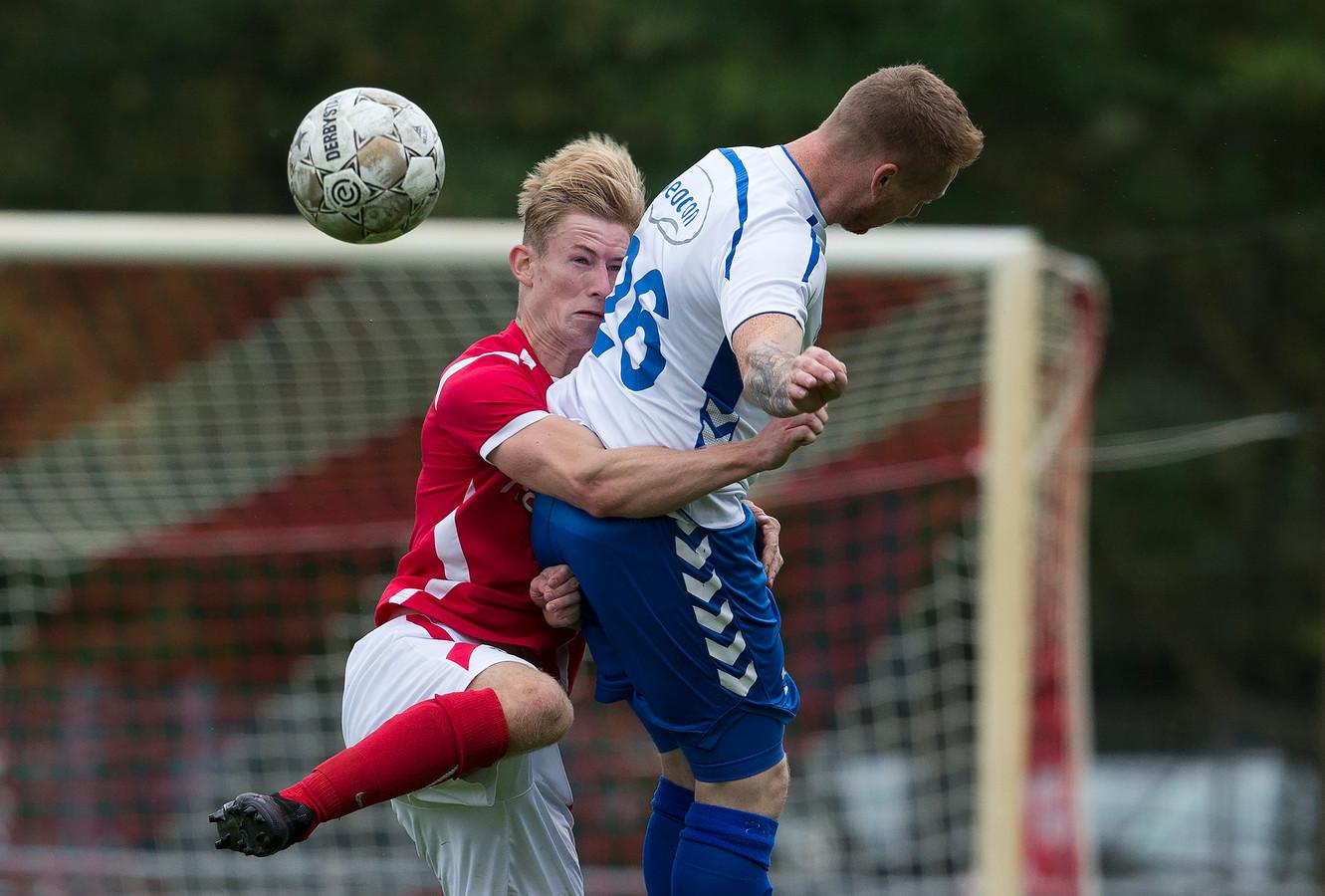 Linksback Sebastian Navis van AZSV (links) gaat het duel aan met William de Boer van Urk.