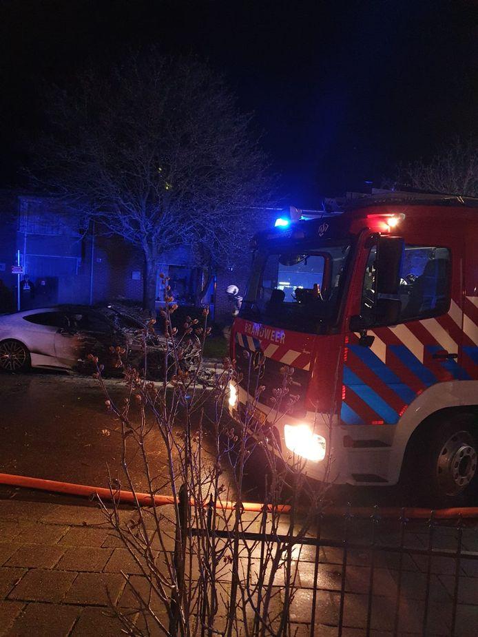 De brandweer in Woudenberg is uitgerukt voor twee autobranden in korte tijd aan de De Ruyterlaan