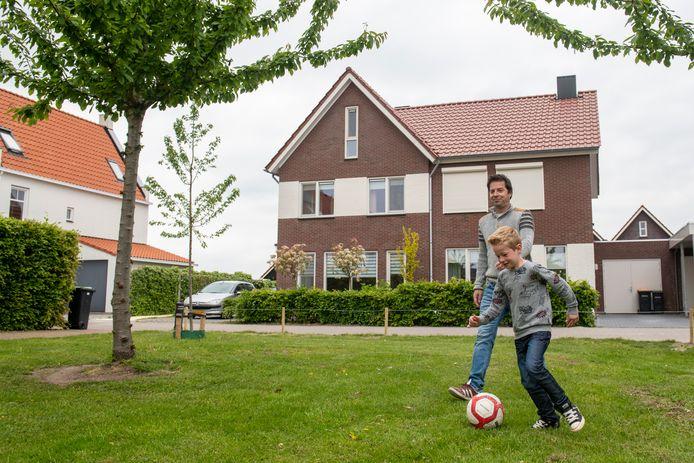 Erik Vos met zijn zoon Hugo in de wijk Om de Weede in Hasselt, er wonen veel oud-Zwollenaren tegenwoordig.