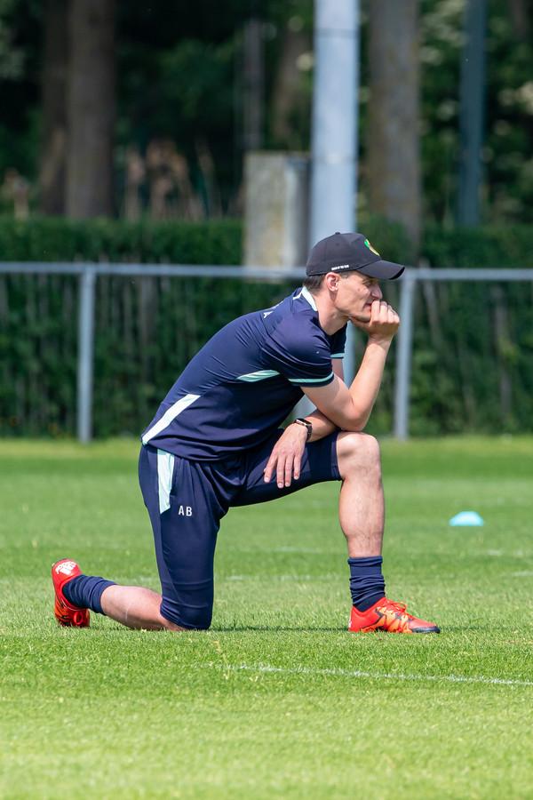 Een peinzende Alexander Blessin ziet zijn spelers voor het eerst trainen als voorbereiding op komend seizoen.