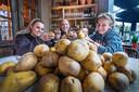 Sabine, Björn en Sandra (vlnr) van 't Poortje schillen bergen aardappelen voor hun stamppotten.