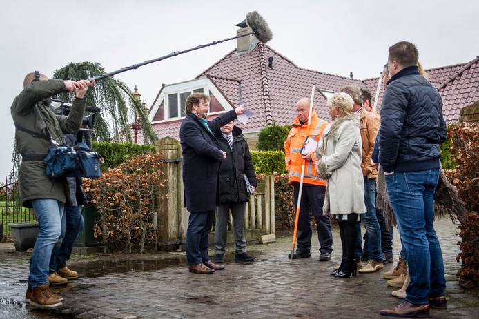 John Reid, De Rijdende Rechter, op bezoek in Overdinkel bij Gerben Mazeland en Moniek Heupink (uiterst rechts) en het echtpaar Leuverink (links ernaast). Foto: Emiel Muijderman
