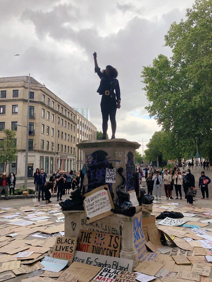 Het standbeeld van Reid is gebaseerd op deze foto. Nadat het beeld van Edward Colston omver was getrokken, klom ze op de sokkel en stak ze haar vuist in de lucht.