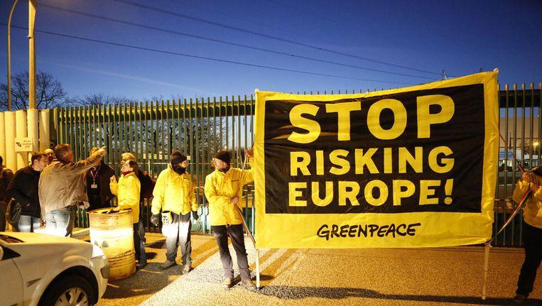 De activisten hingen een spandoek aan de centrale in Fessenheim met de tekst 'Stop risking Europe'. Beeld ap
