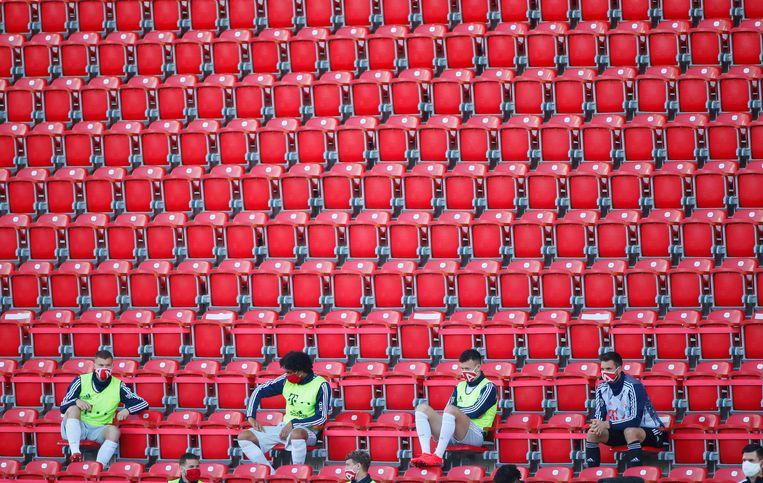 Lege tribunes en spelers met mondkapjes bij FC Union Berlin-Bayern München (0-2) zondag.   Beeld REUTERS