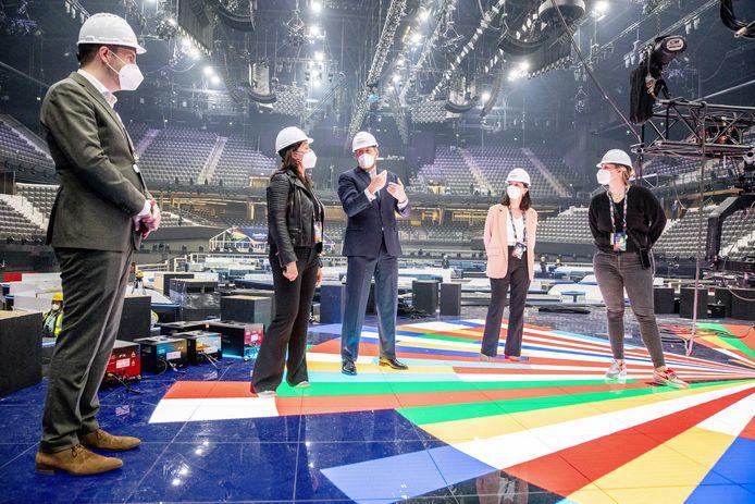 Koning verrast met bezoek opbouw van Songfestival
