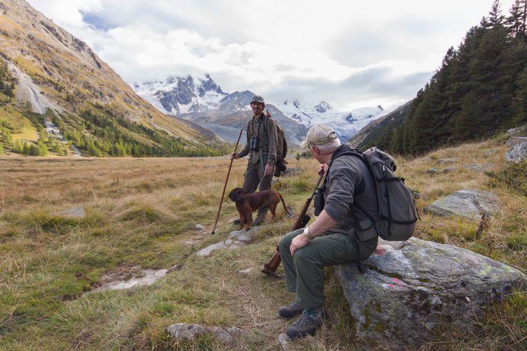 De Zwitserse jager Rolf Salbach (r) en een collega bespreken de tactiek van de dag. Beeld Jonathan Vandevoorde
