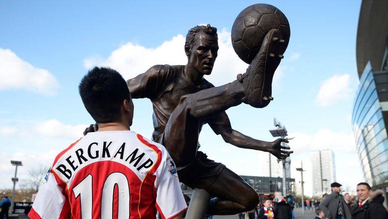 Fan bij Bergkampstandbeeld bij het stadion van Arsenal Beeld anp