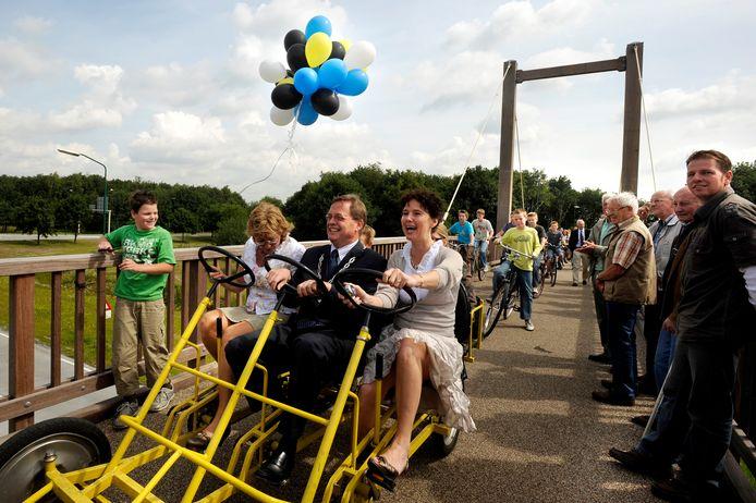 Feestelijk moment voor Stefan Huisman: hij opent te midden van wethouder Mieke Hendrikx (links) en Brabants gedeputeerde Cora van Nieuwenhuizen een fietsbrug.