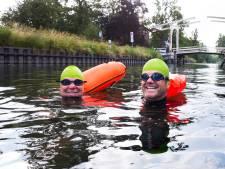 Jan (56) en Bert (64) maakten voor het goede doel megazwemtocht in de Vecht (en haalden 7700 euro op!)