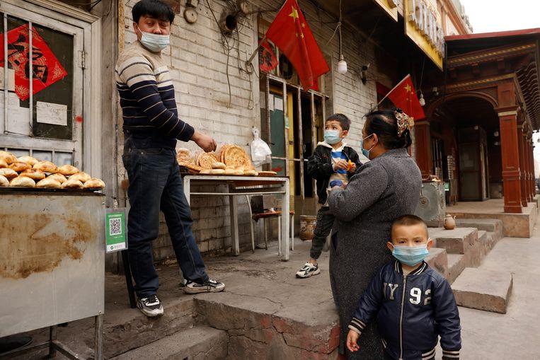 Straatverkopers in  Xinjiang.  Beeld AP