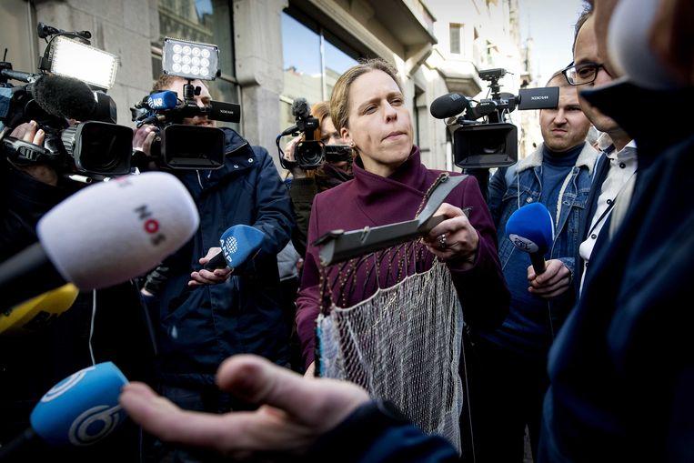Nederlandse pulsvissers overhandigden minister Schouten een pulsvisnet voorafgaand aan het wekelijkse vragenuurtje. Zij  vroegen aandacht voor het dreigende verbod op pulsvisserij.  Beeld ANP - Koen van Weel